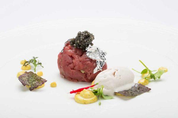 ars-italica-caviale-sevruga-Manzo-piemontese-con-emulsione-al-curry,-sorbetto-di-mandorle-e-Caviale-Sevruga-Royal1